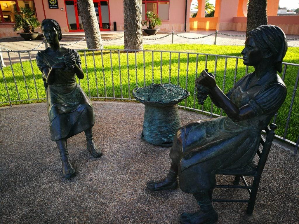 Escultura uva pasa Teulada